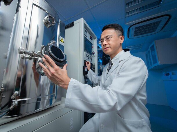 Dr Huang Zhifeng's research group have developed a novel technique to eliminate drug side effects by manipulating molecular chirality